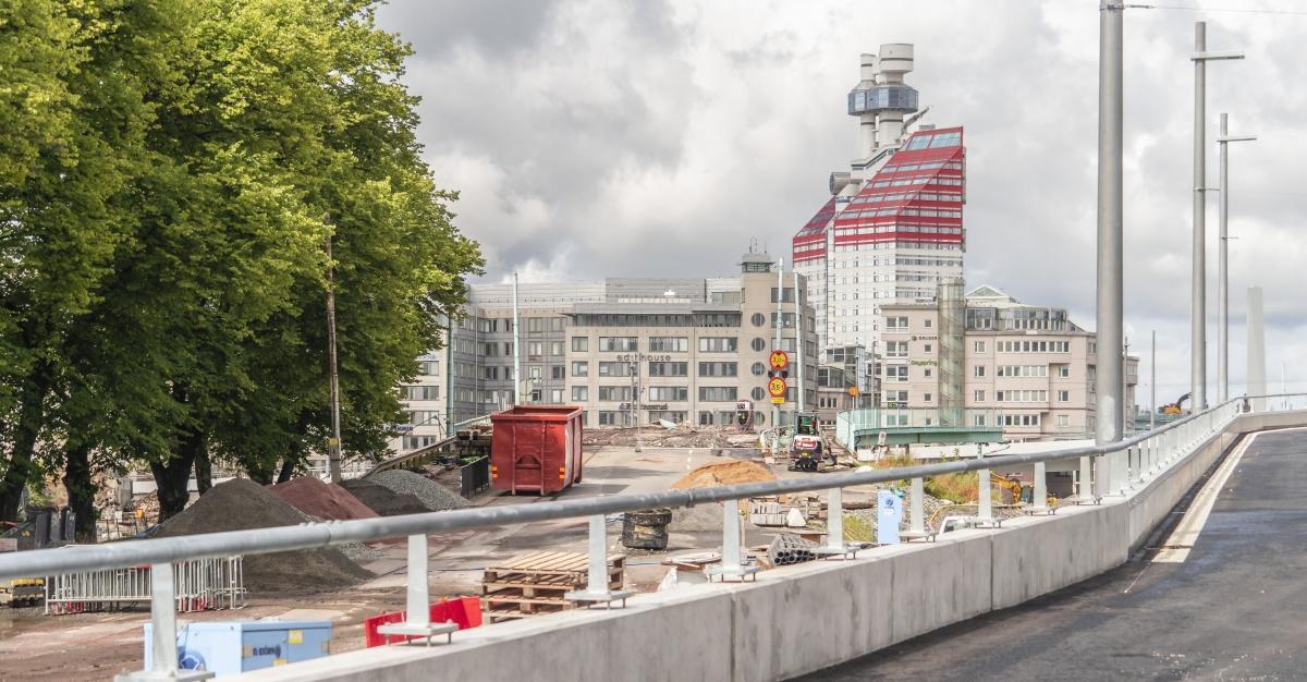 Till vänster om Hisingsbron och framför Läppstiftet syns rivningen av Götaälvbron.