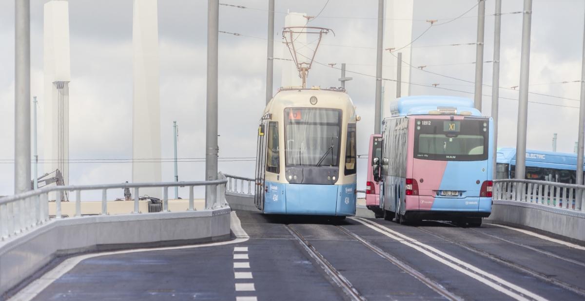 Här kör spårvagn linje 6 nerför bron mot Nordstan och buss X1 mot Torslanda kör uppför bron.