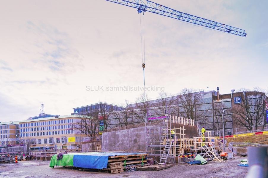 Mittemot Nordstan, fortgår arbetet. Kan det vara förberedelse för bron, som syns?