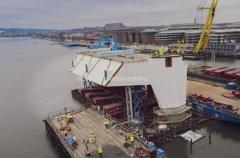 Tvärbalken passerade Götaälvbron på lördagen den 23 november och flyttades över med hjälp av multiwheelers för att placeras i älven