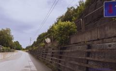 Bakom Mölnlycke fabriker går ett enkelspår mellan Mölnlycke och Bollebygd