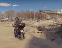 en motorcyklist körde fel in mot arbetsplatsen och vände