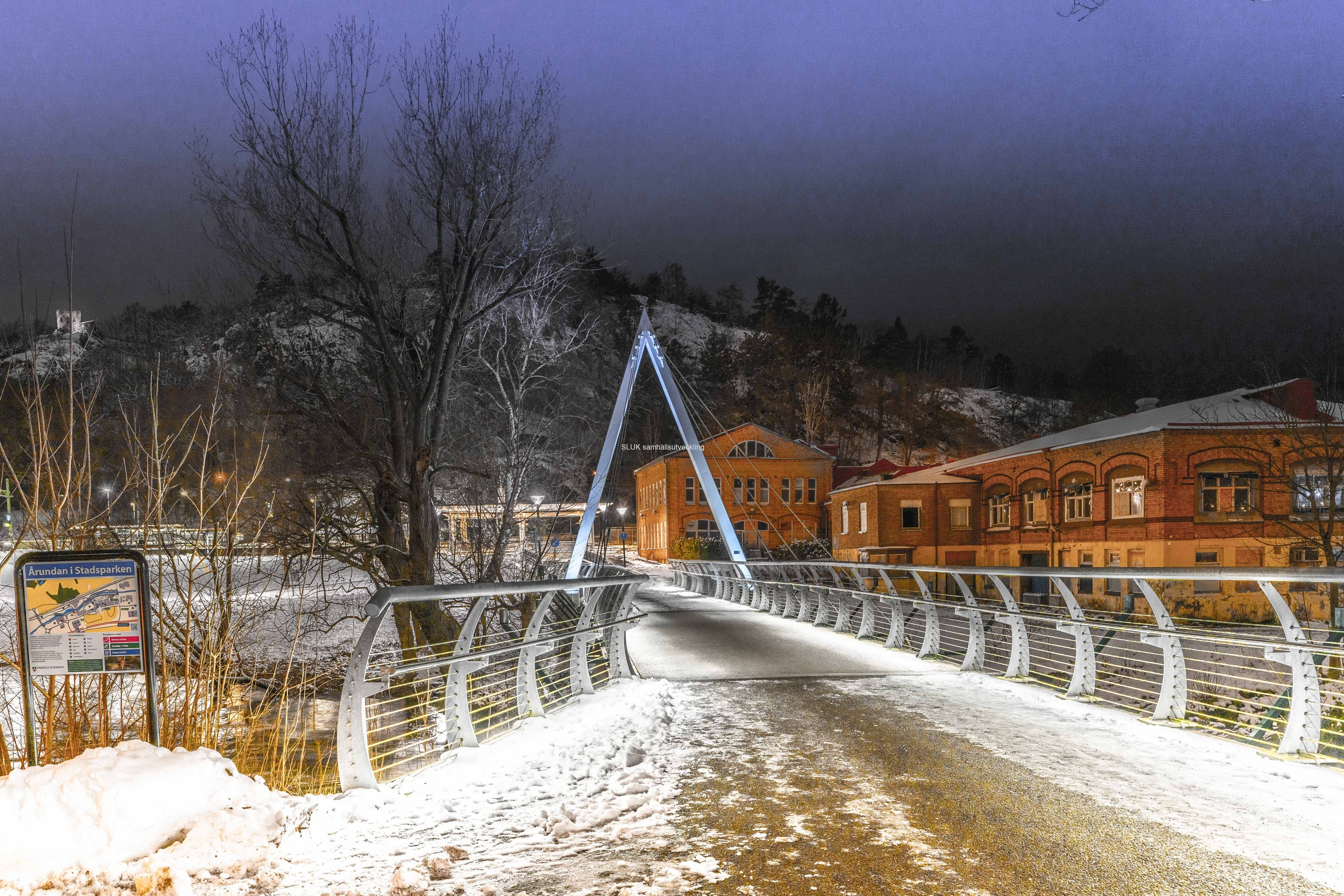Vägen från centrum över Säveån till stationen är vackert belyst.