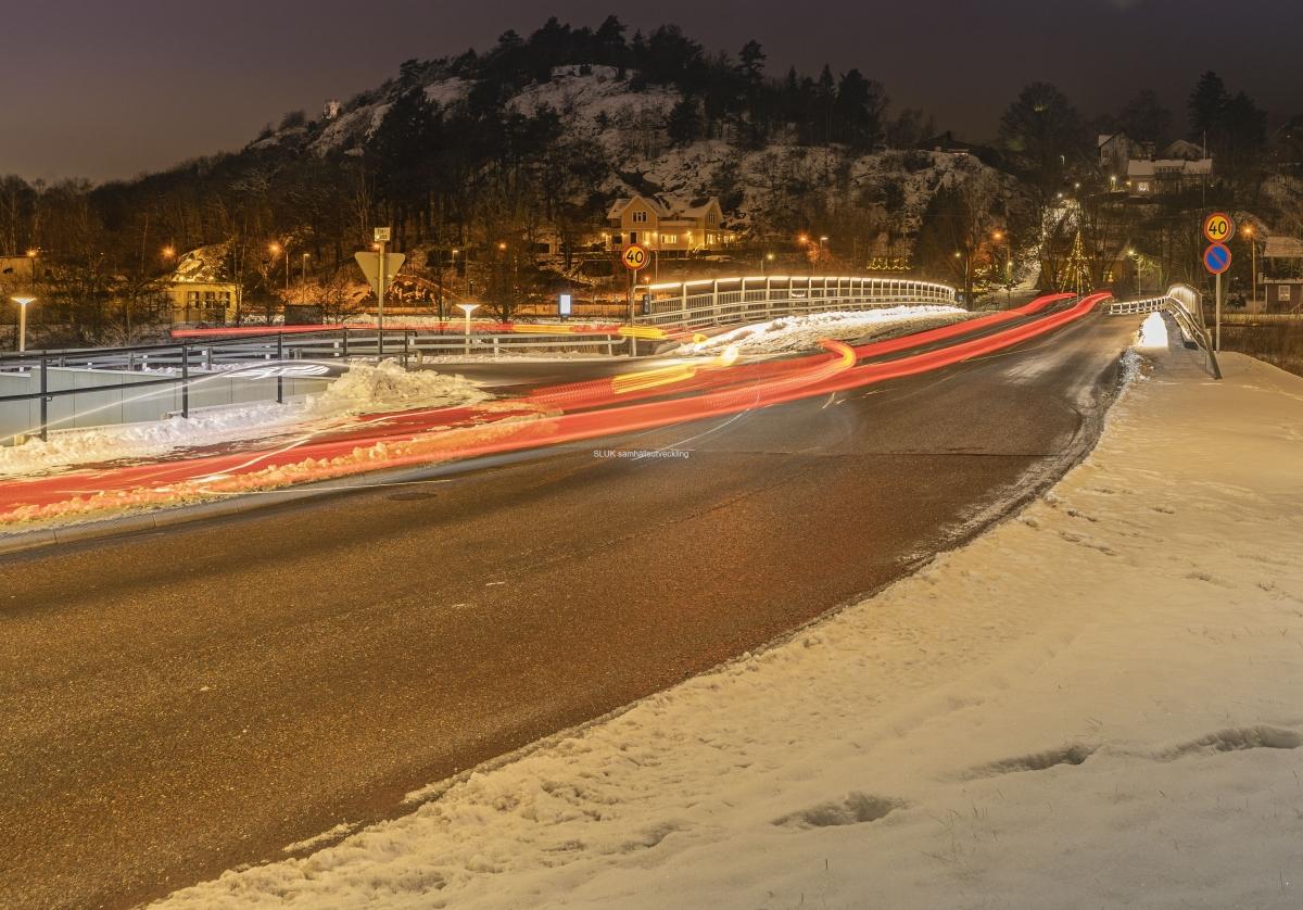 Yllebron är belyst och några bilar passerar.
