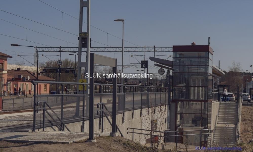 Två år senare är åtgärderna avslutade och personer finns på den södra sidan av stationen.