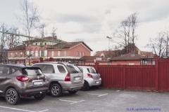 På andra sidan planket finns stationsbyggnaden. Här är pendelparkeringarna.