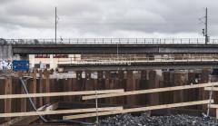 Ny bro för gång- och cykeltrafik byggs mot Olskroken.
