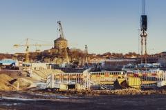 En vy från Östra etableringen mot Skansen Lejonet. Det kommer att bli en tunnel under Skanset Lejonet.  Vid den arkeologiska utgrävningen hittade man delar av gamla Skansen Lejonet, som man under projektet har skyddat och täckt över. När projektet är klart, kommer det att återställas och vara öppnad för visning.
